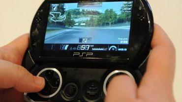 Un joueur sur une console PSP de Sony