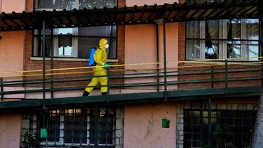 Un pompier en combinaison de protection désinfecte une maison de retraite à Burbaguena (Espagne), le 4 août 2020