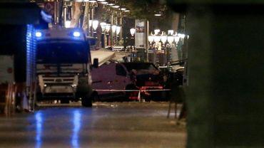 La camionnette qui a foncé dans la foule tuant 13 personnes sur la Rambla de Barcelone est remorquée, le 17 août 2017