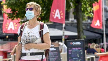 Promeneuse dans les rues d'Anvers, le 27 juillet 2020