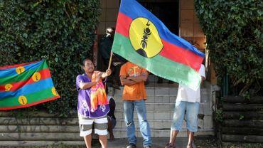 Une habitante de Nouméa brandit le drapeau Kanaky (mai 2018)