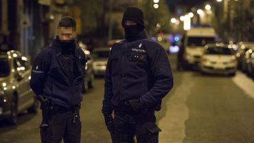 Des policiers en faction lors d'une perquisition