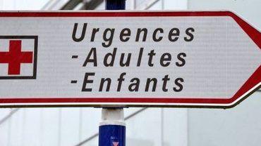 Un panneau indiquant le service des urgences dans un hôpital