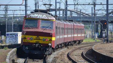 Les trains circulent sur une seule voie entre les deux gares (illustration).