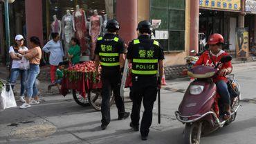 Photo d'illustration montrant 2 policiers chinois faire une ronde dans les quartiers musulmans de la ville de Kashgar, dans l'ouest de la province du Xinjiang.