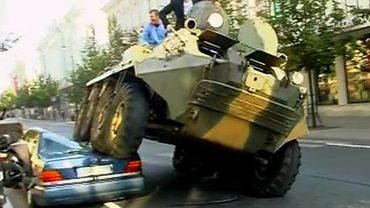 Le maire de Vilnius écrase les véhicules mal garés avec un char