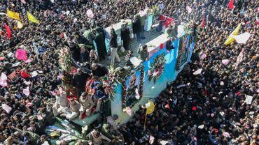 Une foule d'Iraniens autour du véhicule qui transporte le cercueil du général Qassem Soleimani, à Keman, dans le sud-est de l'Iran, le 7 janvier 2020
