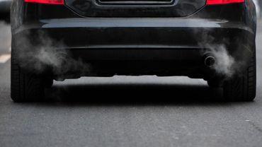 Greenpeace préconie d'interdire la vente de voitures à carburants fossiles d'ici 2028