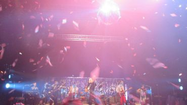 La boule à facettes et les confettis pour la grosse fiesta d'Arcade Fire