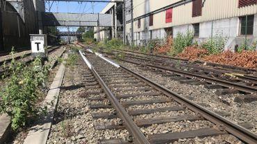 La blancheur d'un aiguillage, en banlieue liégeoise: une peinture expérimentale mais déjà efficace