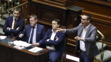 Raoul Hedebouw (PTB) et Herman De Croo (Open VLD) à la Chambre.