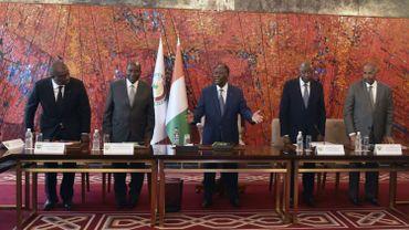 Le président ivoirien Alassane Ouattara (C), le vice-président Daniel Kablan Duncan (2L), le Premier ministre Amadou Gon Coulibaly (2R), le ministre de la Défense Hamed Bakayoko (L) et le secrétaire général de la présidence Partick Achi (R) assistent à une réunion du National Conseil de sécurité au Palais présidentiel à Abidjan suite à l'éclatement du COVID-19 (nouveau coronavirus) le 16 mars 2020.