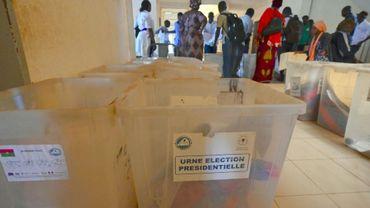 Préparatifs dans un bureau de vote de Ouagadougou à la veille des élections présidentielle et législatives, le 21 novembre 2020