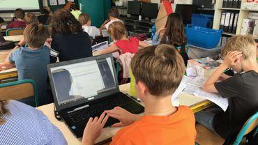 Anastasia dispose d'une dérogation pour utiliser un ordinateur portable en classe et lors du CEB