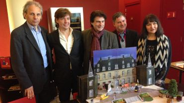 Nick Rodwell (SA Moulinsart, à gauche) et l'équipe de l'ASBL Opéra pour tous devant la maquette de la scène où sera joué le spectacle.