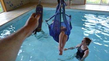 24H vélo LLN: un tandem récoltera des fonds pour soutenir l'asbl qui va construire une piscine adaptée au handicap lourd à La Hulpe. Une piscine équipée comme ici, à Couthuin (près de Huy).