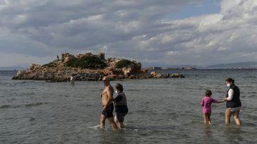 Une vague de chaleur inhabituelle incite les Grecs à se rendre en masse sur les plages