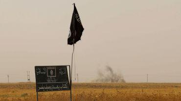 Drapeau et pancarte du groupe EI, le 11 septembre 2015 près de Kirkouk après des combats entre Peshmergas et combattants islamistes.