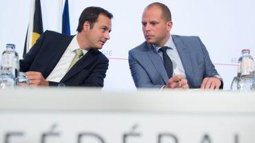 Alexander De Croo (Open VLD), à gauche, s'entretient avec le secrétaire d'Etat à l'asile et aux MigrationsThéo Francken (NV-A).