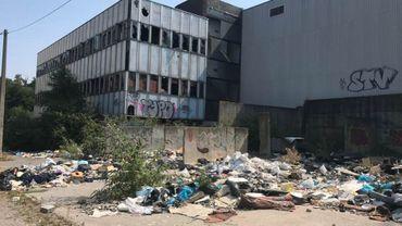 Les détritus s'amoncellent dans le quartier délabré et insalubre