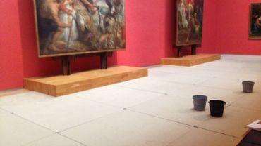 Des sceaux d'eau pour parer aux fuites constatées dans plusieurs salles des Musées Royaux des Beaux-Arts