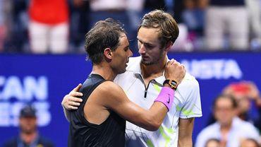 Rafael Nadal et Daniil Medvedev se félicitent l'un l'autre après la finale de l'US Open