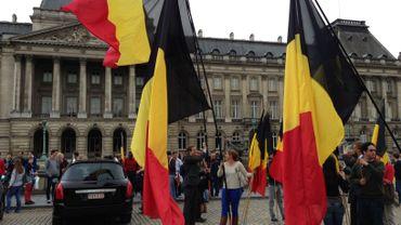 Des Belges se réunissent sur la place des Palais après l'annonce de l'abdication