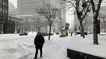 Un homme marche dans le centre-ville de Montréal au Canada, le 13 février 2019. Plus de 30 centimètres de neige sont tombées depuis le début de la pire tempête de cet hiver la veille, dans l'après-midi