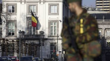 Un militaire belge protège l'ambassade américaine à Bruxelles le 17 janvier 2015.