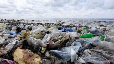 Une plage au Sénégal, photographiée en septembre 2015, jonchée de déchets plastiques