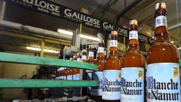 Des bières blanches de Namur dans la brasserie du Bocq, installée dans le village de Purnode, en Belgique, le 31 mai 2013