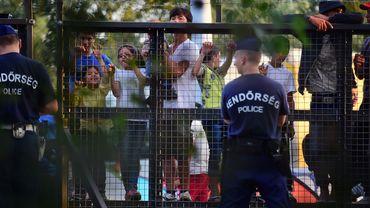 Frontière hongroise: 70 réfugiés passent, des milliers restent bloqués