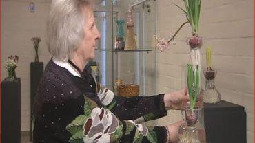 Patricia Coccoris parmi sa collection de vases à Jacinthes
