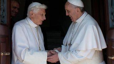 Photo de l'Osservatore Romano montrant le pape émérite Benoît XVI (g) avec son successeur le pape François, le 2 mai 2013 à la résidence d'été de Castel Gandolfo au sud-est de Rome