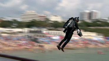 Un Britannique bat le record du monde de distance en jetpack