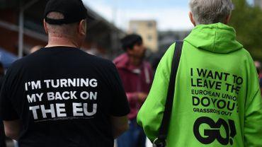 """""""Je suis en train de tourner le dos à l'UE"""" et """"Je désire quitter l'union européenne, et vous ?"""", deux slogans arborés par les pro-Brexit."""