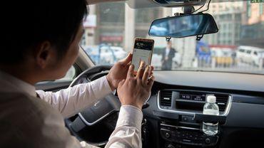 Plus de la moitié des Belges (53%) paramètrent aussi leur GPS lorsqu'ils conduisent (contre 49% en 2019).