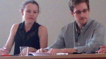 Photo transmise par l'organisation Human Rights Watch d'Edward Snowden (d), à l'aéroport de Moscou, le 12 juillet 2013