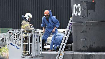 Des enquêteurs relèvent des indices sur le sous-marin Nautilus, le 13 août 2017 dans le port de Copenhague, après le meurtre de la journaliste suédoise Kim Wall tuée par le Danois Peter Madsen