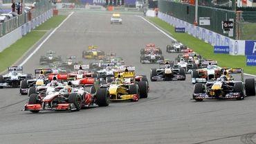 Hamilton a bondi dès l'exctinction des feux pour sauter Webber et prendre la tête, il ne la quittera plus ou presque