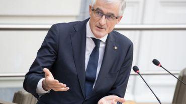 Geert Bourgeois a fait part de sa décision sans s'être concerté avec ses collègues, ce qui est passé pour une gifle à la ministre de l'Environnement, Joke Schauvliege (CD&V).
