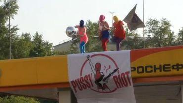 Les Pussy Riot, masquées, déploient leur drapeau sur des installations pétrolières