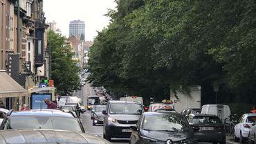Le Conseil communal ucclois veut être attentif au report de trafic dans les rues avoisinantes, comme ici la Chaussée de Waterloo.