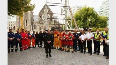 Des membres des équipes de secours observent une minute de silence en hommage aux victimes une semaine après un violent séisme à Christchurch, le 1er mars 2011