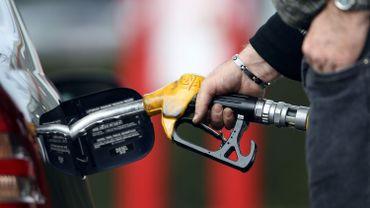 Un automobiliste remplit son réservoir avec du diesel