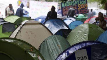 Il y a actuellement entre 800 et 1000 réfugiés qui sont hébergés dans les tentes du campement.