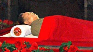Photo diffusée le 20 décembre 2011 par l'agence nord-coréenne Kcna de la dépouille du leader Kim Jong-Il exposée dans un cercueil de verre au Mausolée Kumsusan de Pyongyang