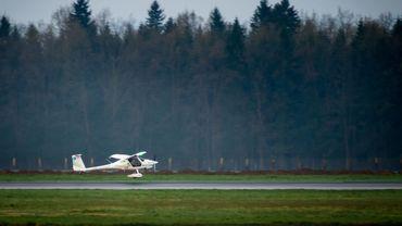 Un appareil de type ULM s'est écrasé dimanche après-midi à une centaine de mètres de l'Aéro-Club de Hesbaye.