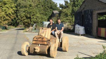 A Vresse-sur-Semois , on croise de drôle d'engin : des tracteurs en bois !