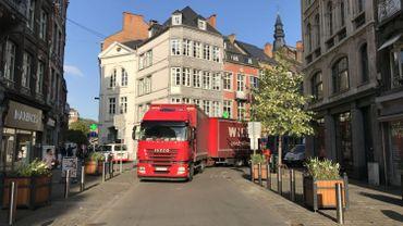 Le camion qui bloque le passage à l'entrée de la rue de Marchovelette.